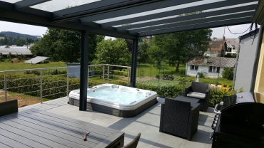 Spa encastré dans une terrasse couverte extérieure en carrelages
