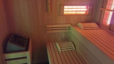 Sauna infrarouge vue du poële et des bancs